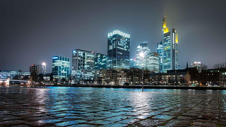 Kommunalverwaltung absichern: Ansicht der Stadt Frankfurt bei Nacht